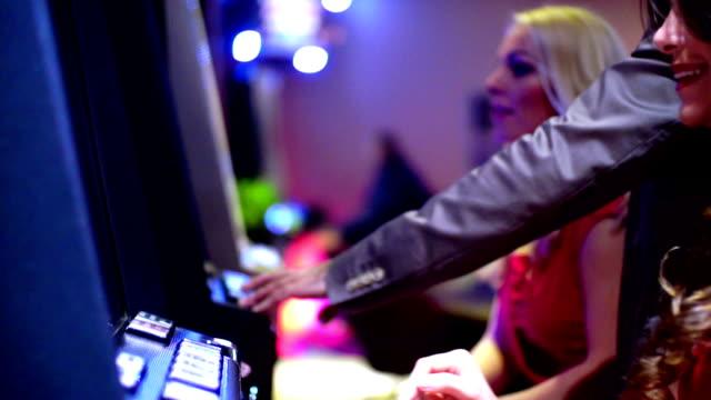 vídeos y material grabado en eventos de stock de grupo de personas divirtiéndos'en el casino. - máquina con ranura