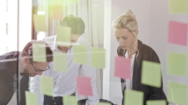 stockvideo's en b-roll-footage met groep mensen in office vergadering - cursus