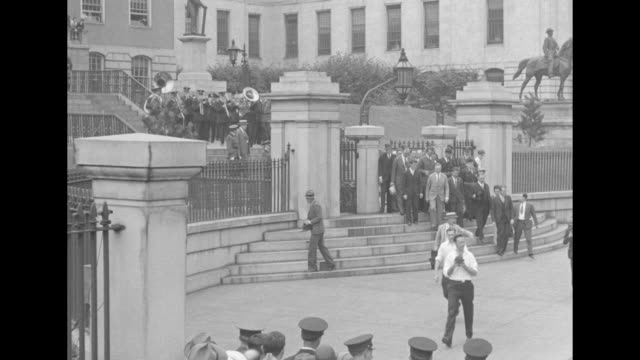 vídeos y material grabado en eventos de stock de group of people leave the gates of the massachusetts state house, and mayor james curley speaks as aviators harold gatty and wiley post stand by;... - sombrero de copa