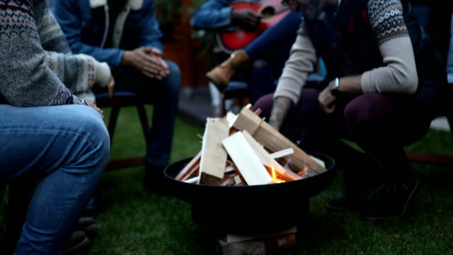 ギターを弾く友人に聞いている人々 のグループ - ウィンターコート点の映像素材/bロール