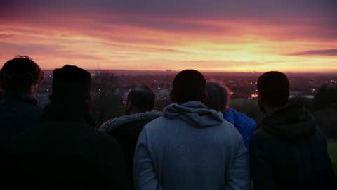 group of people moon sighting at sunset in croydon, london - 10 sekunden oder länger stock-videos und b-roll-filmmaterial