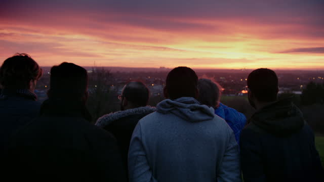 vídeos de stock e filmes b-roll de group of people moon sighting at sunset in croydon, london - homens de idade mediana