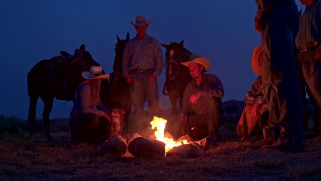 gruppe von menschen auf ein lagerfeuer in utah - wilder westen stock-videos und b-roll-filmmaterial