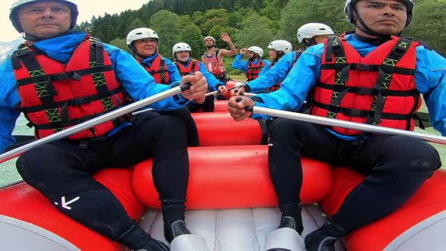 vídeos y material grabado en eventos de stock de ld un grupo de personas en un viaje de rafting - hombres de mediana edad