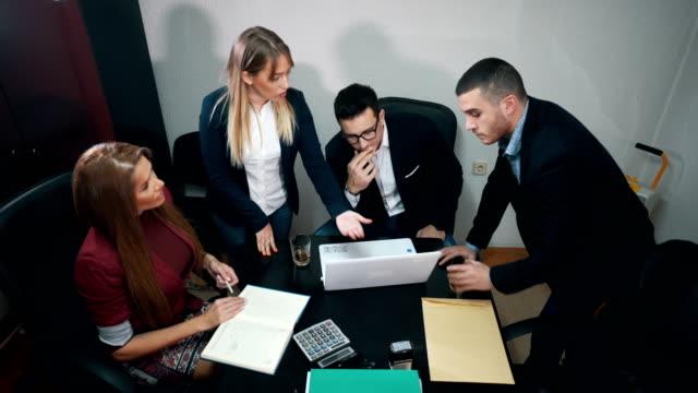 vidéos et rushes de groupe de gens d'affaires de réunion - collègue de bureau