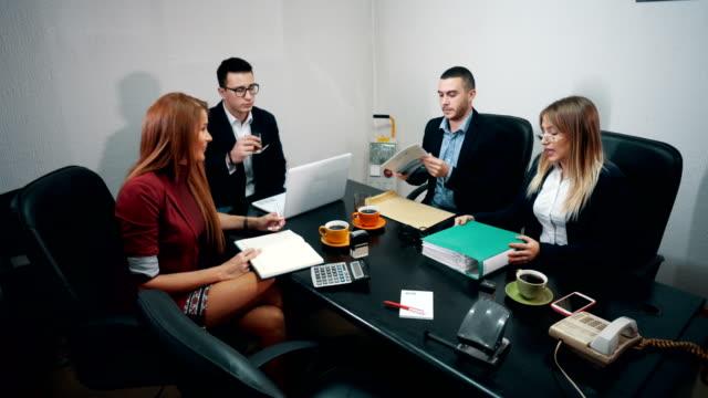 のグループ名様までのビジネスミーティング - 金銭に関係ある物点の映像素材/bロール