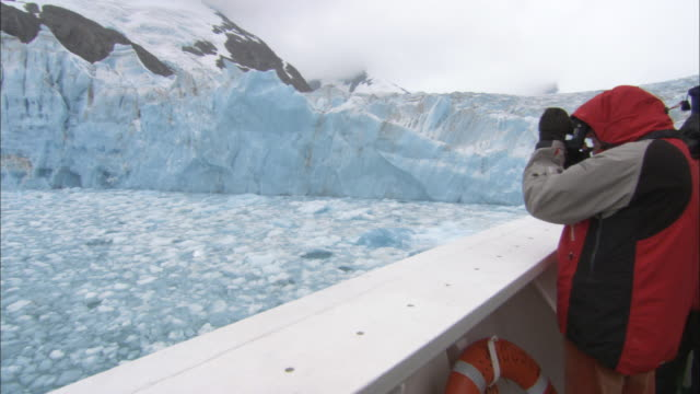 ms, pan, group of people on ship looking at glacier, south georgia island - insel south georgia island stock-videos und b-roll-filmmaterial