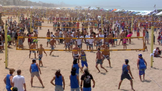 WS Group of people playing beach volleyball / Manhattan Beach, California, USA