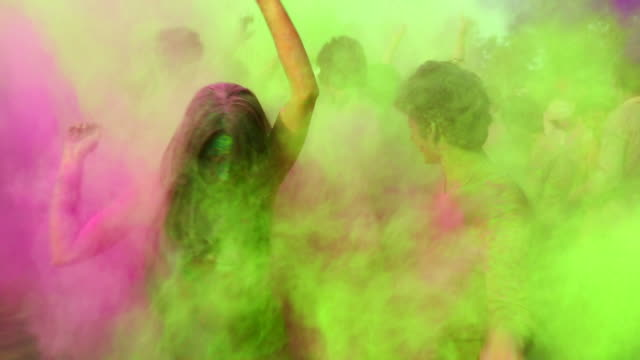 vídeos de stock e filmes b-roll de group of people playing holi and dancing, delhi, india - colorido