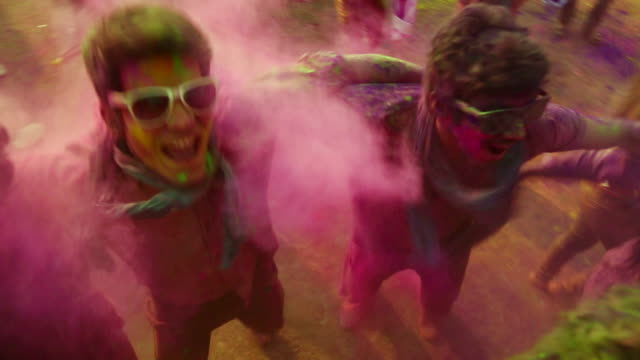 group of people playing holi and dancing, delhi, india - traditionell festival bildbanksvideor och videomaterial från bakom kulisserna