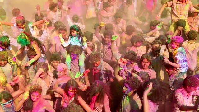 group of people playing holi and dancing, delhi, india - 大人数点の映像素材/bロール
