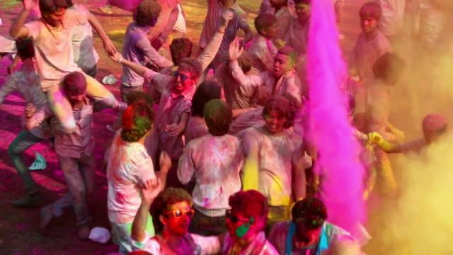 stockvideo's en b-roll-footage met group of people playing holi and dancing, delhi, india - holi phagwa