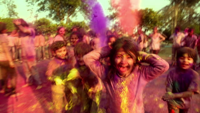 vídeos y material grabado en eventos de stock de group of people playing holi, delhi, india - holi