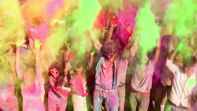 stockvideo's en b-roll-footage met group of people playing holi, delhi, india - bontgekleurd