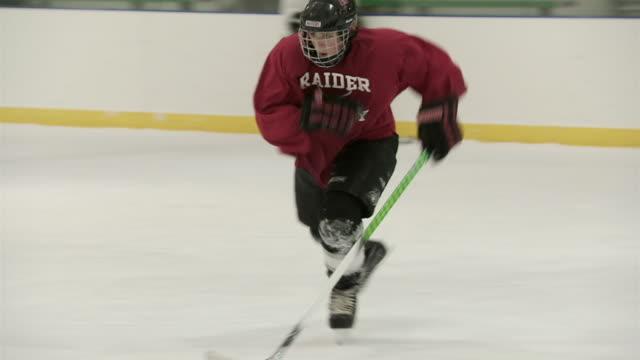 stockvideo's en b-roll-footage met ws pan group of people practicing ice hockey / rutland, vermont, usa - helm apparatuur