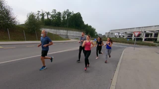 vídeos y material grabado en eventos de stock de grupo de personas corriendo en la calle - liubliana