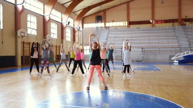 ダンスクラスの前に伸びる人々のグループ - 人の背中点の映像素材/bロール