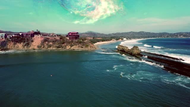gruppe von menschen, die im ozean surfen. sonne reflektiert in wellen - nicaragua stock-videos und b-roll-filmmaterial