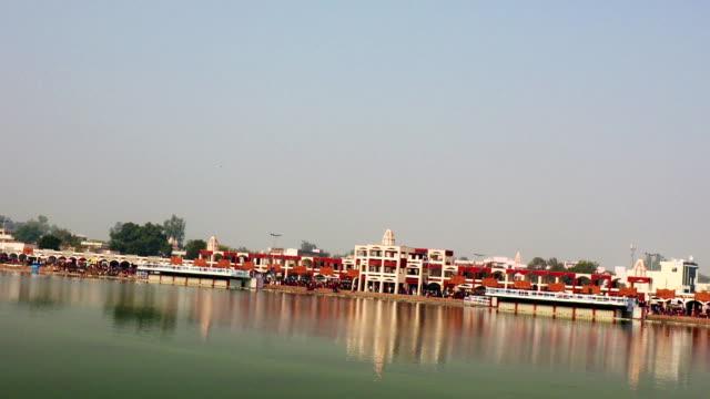 gruppe von menschen herumlaufen brahma sarovar befindet sich in kurukshetra, haryana, indien. - haryana stock-videos und b-roll-filmmaterial
