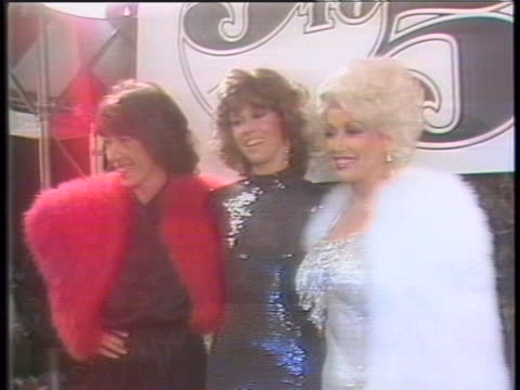 """vídeos y material grabado en eventos de stock de group of photographers take pictures of dolly parton, lily tomlin and jane fonda at the hollywood premiere of """"9 to 5."""" there is crowd chatter as... - estreno"""