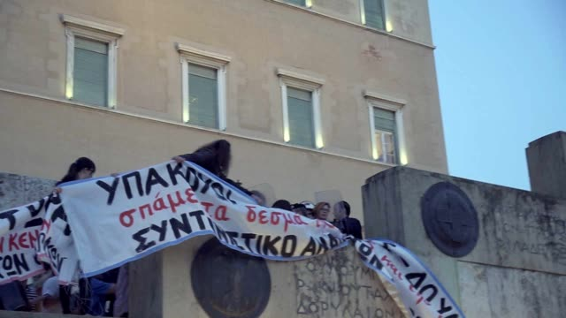 stockvideo's en b-roll-footage met a group of protesting greek teachers tried to break the police cordon at the monument of the unknown soldier and enter the courtyard of the... - athene griekenland
