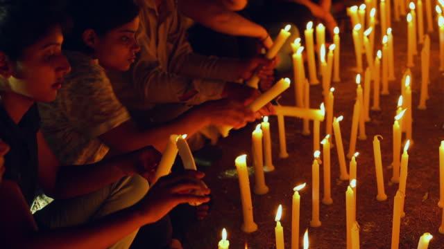 vidéos et rushes de group of protestors burning candles, delhi, india - manifestation