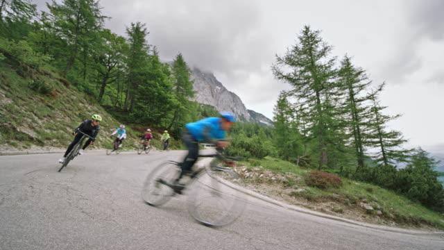 grupp road cyklister susa nedför berget vägen en mulen dag - landsväg bildbanksvideor och videomaterial från bakom kulisserna