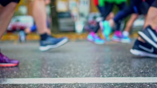vídeos y material grabado en eventos de stock de grupo de correr gente en la calle de la ciudad - miembro humano