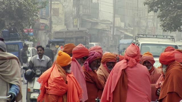 vídeos de stock, filmes e b-roll de ms group of sadhus standing on street / rishikesh, uttarakhand, india - rishikesh