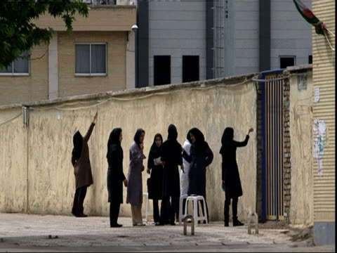vidéos et rushes de group of scarved women painting wall, iran (sound available) - groupe moyen d'objets