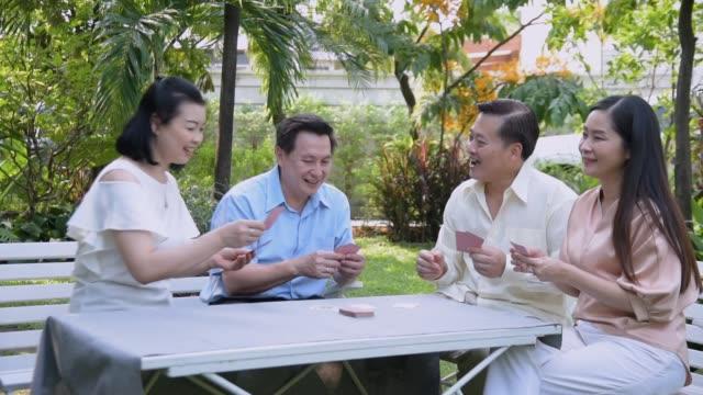 vidéos et rushes de groupe de jeu de carte de jeu aîné - tante