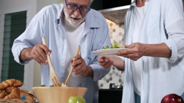 vídeos y material grabado en eventos de stock de grupo de reuniones sociales de alto nivel alrededor de encimera de cocina en casa - sencillez
