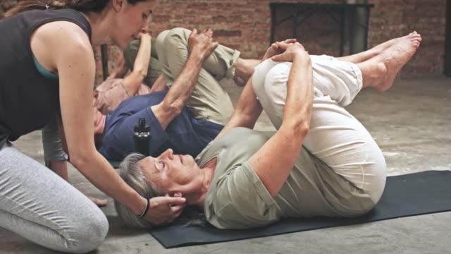 Gruppe von Senioren in einem Yoga-Kurs