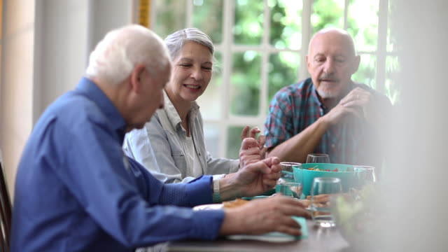 vídeos de stock, filmes e b-roll de grupo de idosos que compartilham do alimento na comunidade da aposentadoria - argentina