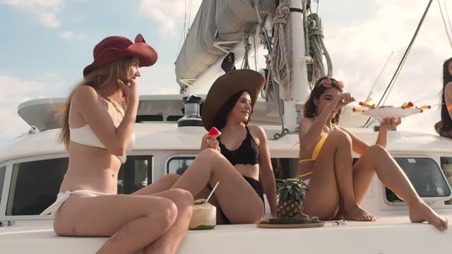 vídeos y material grabado en eventos de stock de grupo de sexy bikini mujer feliz baile en yate de lujo pattaya tailandia - mujer seductora