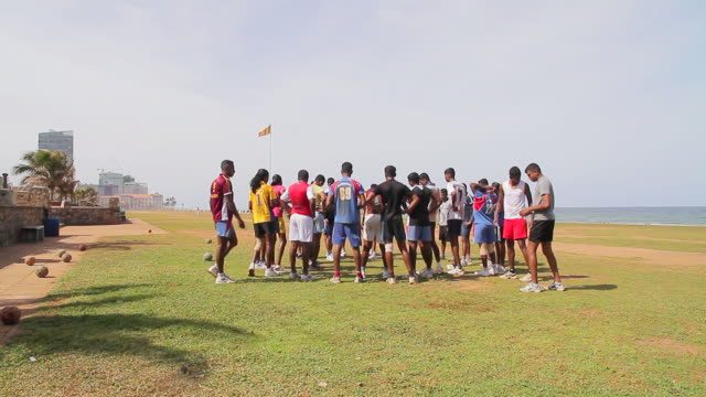 ws group of soccer players huddle during training exercises on galle face green esplanade - 腰に手を当てる点の映像素材/bロール