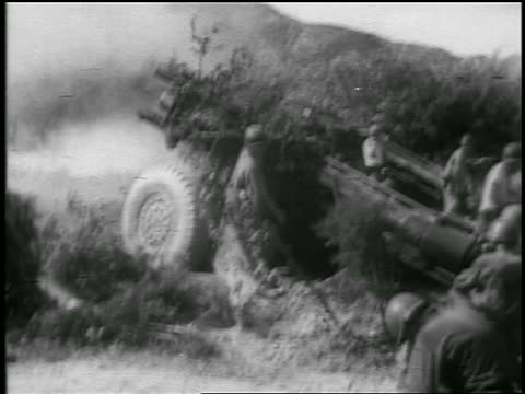 stockvideo's en b-roll-footage met b/w 1950 group of soldiers shooting cannon in korean war / newsreel - koreaanse oorlog
