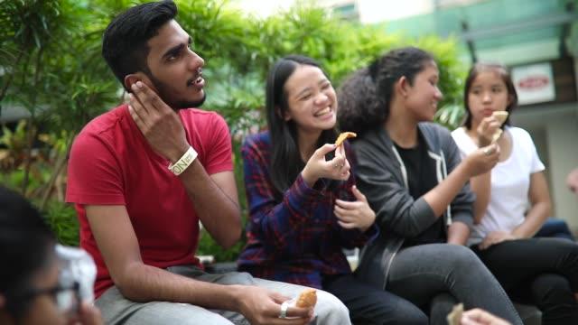 vídeos y material grabado en eventos de stock de grupo de estudiantes bromeando y llegar a conocernos - oriental asiático e indio