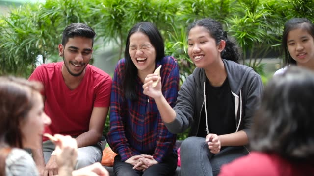 gruppe von studenten scherzen und einander kennenlernen - mittagspause stock-videos und b-roll-filmmaterial