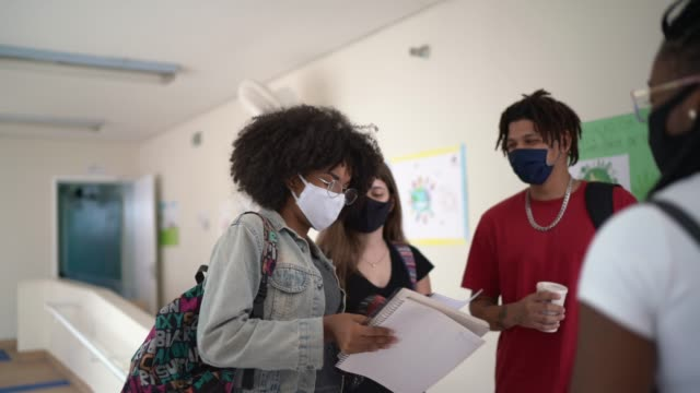 vídeos de stock, filmes e b-roll de grupo de estudantes falando no corredor - educação