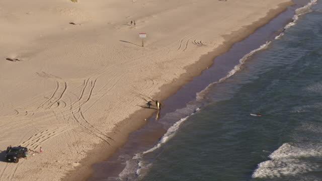 vidéos et rushes de groupe de surfeurs marchant le long de la plage - côte de l'oregon