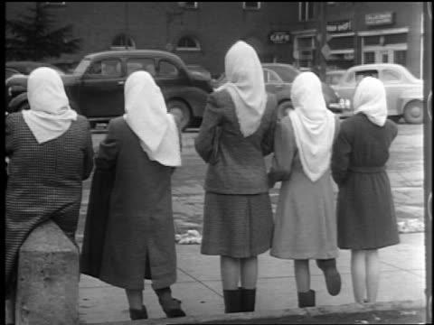 vídeos y material grabado en eventos de stock de b/w 1944 rear view group of teen girls with scarves on heads stand in row on sidewalk / lexington, nc - sólo chicas adolescentes