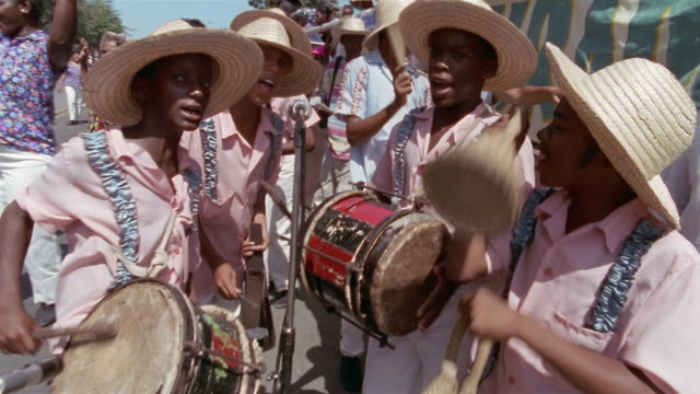 vidéos et rushes de cu, group of teenage boys (13-14, 14-15) playing and singing in street parade, santiago de cuba, cuba  - drummer