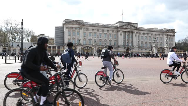 group of teenage boys view buckingham palace from their bikes on april 09, 2021 in london, united kingdom. the queen has announced the death of her... - bicycle stock videos & royalty-free footage
