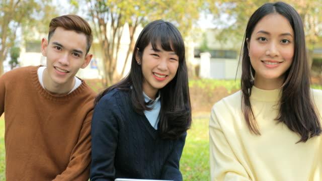 10 代の友人の笑顔を持つスローモーションのグループ - 中国人点の映像素材/bロール