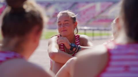 stockvideo's en b-roll-footage met groep van tiener meisje chit chating na atletische training - athleticism