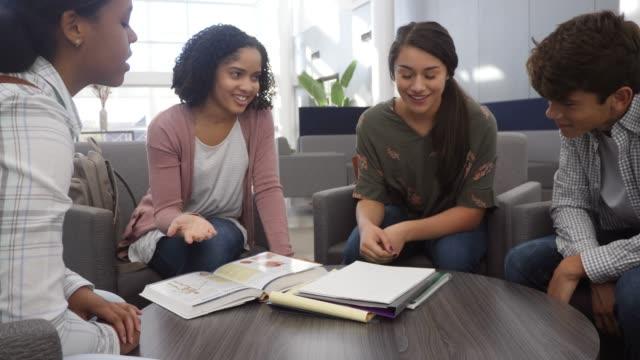 gruppe von teenagern studiert vor der schule zum test - nur teenager stock-videos und b-roll-filmmaterial