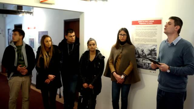 Groupe de touriste dans le musée avec le conservateur du Musée