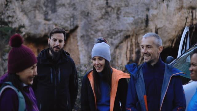 新しい冒険の準備観光客のグループ - アドレナリン点の映像素材/bロール