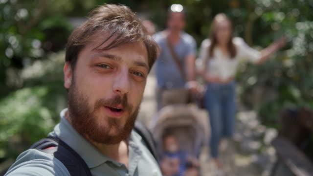 gruppe von touristischen zufuß im park in lissabon und vlogging - blickwinkel aufnahme stock-videos und b-roll-filmmaterial